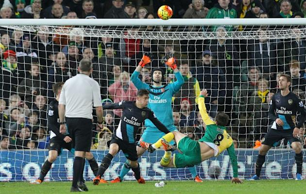 Norwich City's English midfielder Jonathan Howson (2nd R) shoots over the bar during the English Premier League football match between Norwich City and Arsenal at Carrow Road in Norwich, eastern E