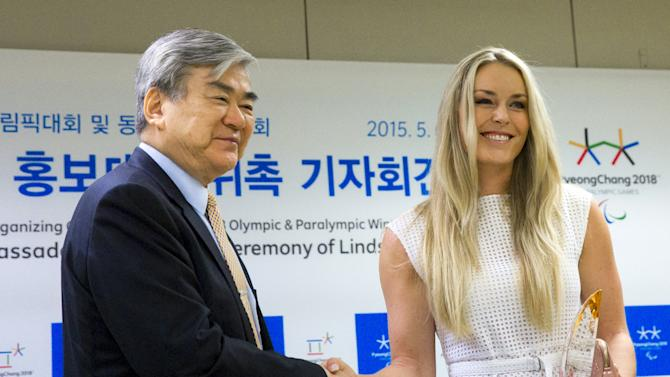 Cho Yang-ho, head of the organizing committee for the 2018 PyeongChang Winter Olympics, shakes hands with U.S. skier Lindsey Vonn after a news conference in Seoul