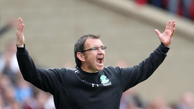 Hibernian manager Pat Fenlon is angry with Kilmarnock's Kenny Shiels