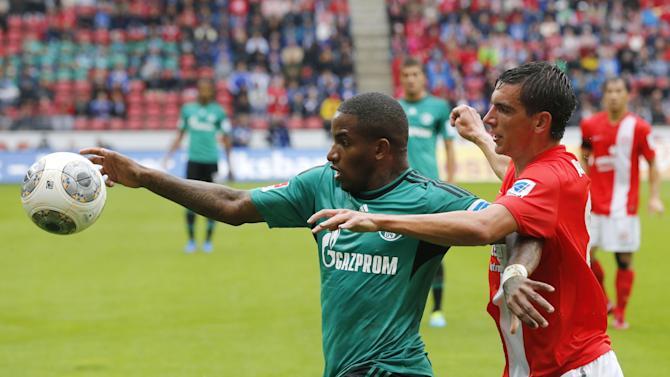 Mainz's Christoph Moritz, right, and Schalke's Jefferson Farfan of Peru challenge for the ball during a German soccer Bundesliga match between FSV Mainz 05 and FC Schalke 04 in Mainz, Germany, Saturday, Sept. 14, 2013