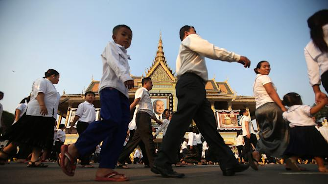 Mourners flock to the Royal Palace to pay their last respects to Cambodia's former King Norodom Sihanouk in Phnom Penh, Monday, Feb. 4, 2013. Sihanouk's body had been lying in state at the Royal Palace after being flown from Beijing where he died Oct. 15 of a heart attack at the age of 89. The cremation, the climax of seven days of mourning, will take place Monday.(AP Photo/Wong Maye-E)