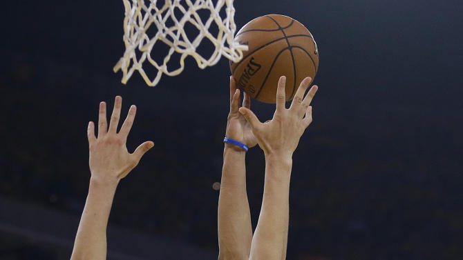 Memphis Grizzlies guard Courtney Lee (5) shoots against Golden State Warriors guard Klay Thompson (11) during the first half of Game 2 in a second-round NBA playoff basketball series in Oakland, Calif., Tuesday, May 5, 2015. (AP Photo/Ben Margot)