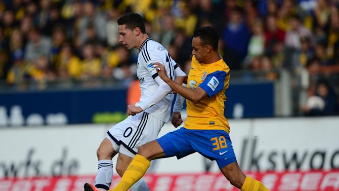 Braunschweig's Karim Bellarabi, right, and Schalke's Julian Draxler challenge for the ball during the German first division Bundesliga soccer match between Eintracht Braunschweig and FC Schalke 04 in Braunschweig, Germany, Saturday, Oct. 19, 2013