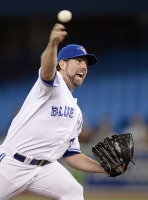 Dickey sharp, Blue Jays beat Yankees 2-0