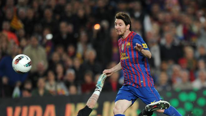 Barcelona's Argentinian Forward Lionel Messi (R) Vies AFP/Getty Images