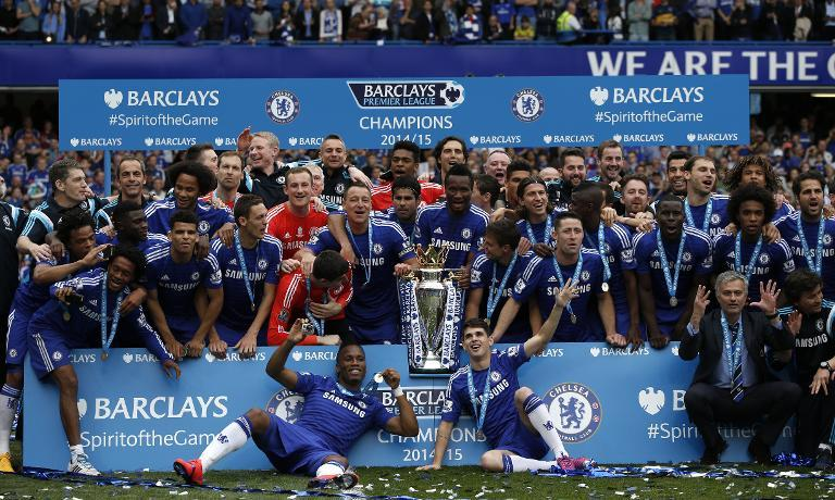 Chelsea's team players and staff pose together during the presentation of the Premier League trophy after the English Premier League football match between Chelsea and Sunderland at Stamford Bridg