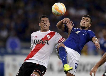 Ramiro Funes Mori of Argentina's River Plate challenges Arrascaeta of Brazil's Cruzeiro during their Copa Libertadores soccer match in Belo Horizonte