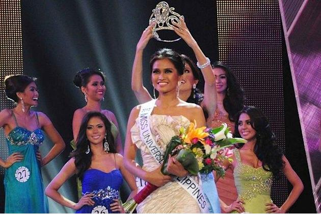 Shamcey Supsup crowns the new, Bb. Pilipinas-Universe 2012, Janine Tugonon. (George Calvelo/NPPA Images)