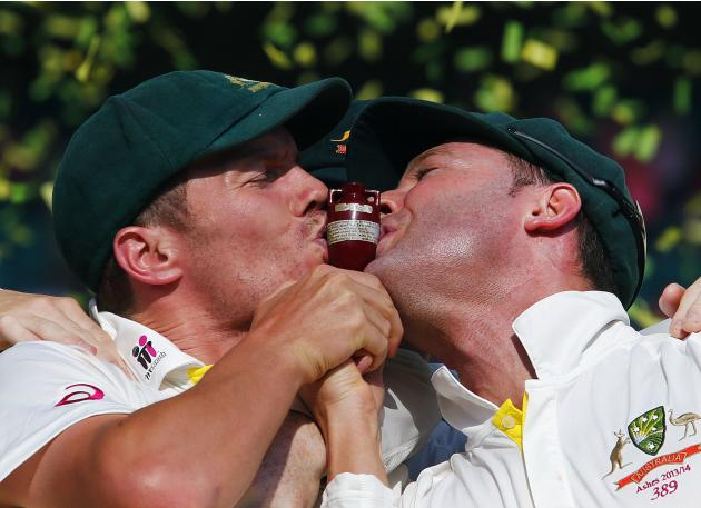 """Australia's captain Clarke and Siddle kiss the """"Replica Ashes Urn"""" as they celebrate winning the fifth Ashes cricket test against England at the Sydney Cricket Ground"""