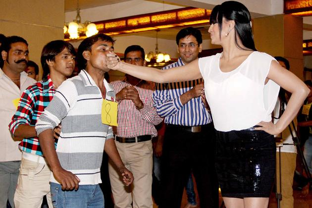 Veena Malik's 100 kisses in one minute