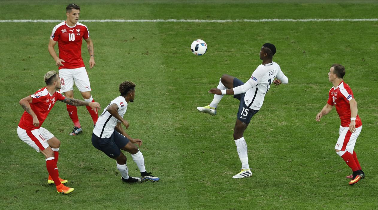France's Paul Pogba (2nd R) in action with Switzerland's Xherdan Shaqiri (R)
