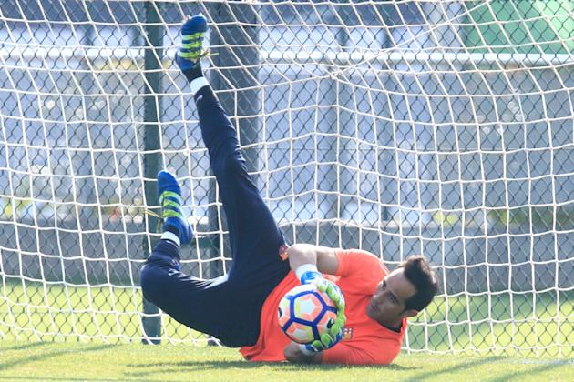 Chilean goalkeeper Claudio Bravo is transfering to Manchester City from Barcelona in a reported £17 million ($22 million, 20 million euro) deal