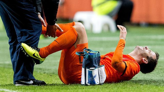 Football - Hamburg's van der Vaart tears ligaments in Dutch friendly