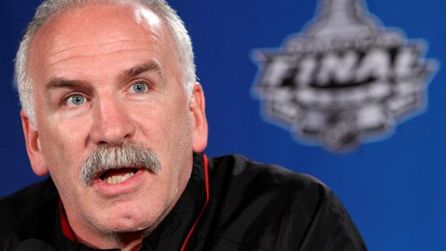 NHL - Champion Blackhawks sign coach Quenneville to extension
