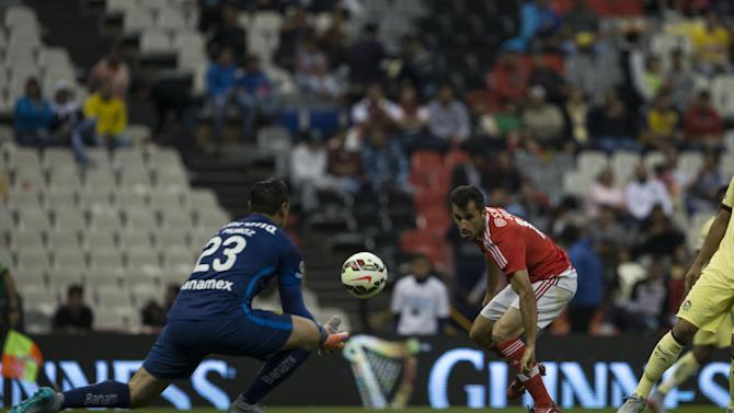 IMAGE DISTRIBUTED FOR INTERNATIONAL CHAMPIONS CUP - America's Moises Munoz, left, stays with the ball under the pressure of Benfica's Jonas during an International Champions Cup match in Mexico City, Tuesday, July 28, 2015. (Christian Palma/AP Images for International Champions Cup)