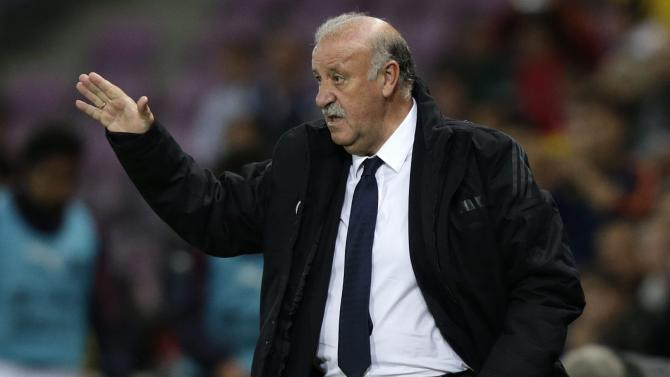 Spain's head coach Vicente Del Bosque gives instructions to his players, during a friendly soccer match between Spain and Chile at the Stade de Geneve stadium, in Geneva, Switzerland, Tuesday, September 10, 2013