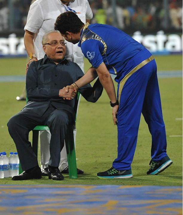 Kolkata: Mumbai Indians icon Sachin Tendulkar with Board of Control for Cricket in India (BCCI) chief Jagmohan Dalmiya  during the final match of IPL 2015 between Mumbai Indians and Chennai Super King