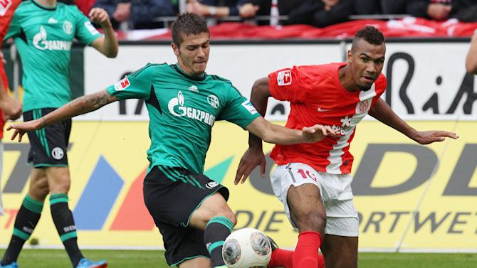 Mainz's Maxim Choupo-Moting of Cameroon, right, and Schalke's Roman Neustaedter challenge for the ball during a German soccer Bundesliga match between FSV Mainz 05 and FC Schalke 04 in Mainz, Germany, Saturday, Sept. 14, 2013