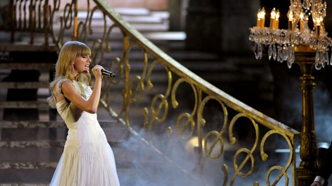 "Taylor Swift performs ""I Knew Your Were Trouble"" at the 40th Annual American Music Awards on Sunday, Nov. 18, 2012, in Los Angeles. (Photo by John Shearer/Invision/AP)"