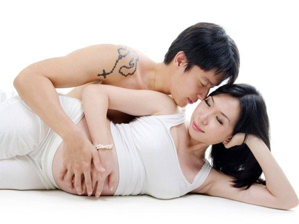 Image courtesy : iDiva.comSide by side spooning: This sex positions has the man and woman lying on their sides facing each other. This is a comfortable posture that keeps the weight off the belly and