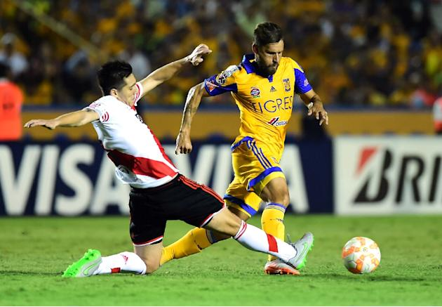 Tigres' Rafael Sobis (R) tries to avoid a tackle from Matias Kranevitter of River Plate during their Libertadores Cup final first leg match, in Monterrey, Mexico, on July 29, 2015