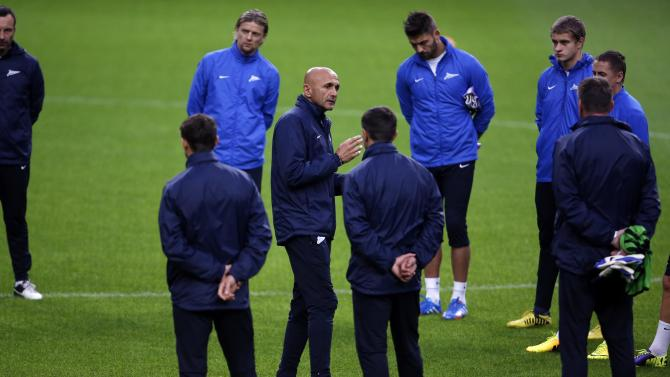 Zenit St.Petersburg's coach Luciano Spalletti talks with his players during a training session at Dragon stadium in Porto
