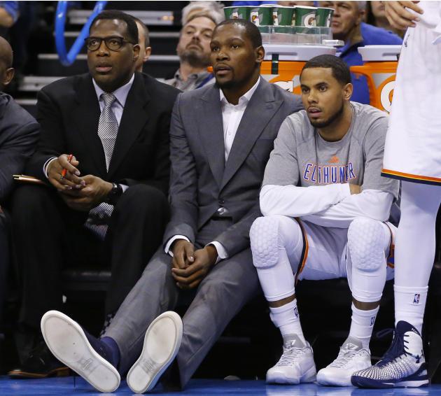 El jugador del Thunder, Kevin Durant, centro, observa un partido el 4 de marzo de 2015 en Oklahoma City. Durant fue operado el 27 de marzo y se perderá el resto de la temporada de la NBA. (AP Photo/Su