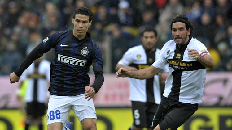 Parma's Alessandro Lucarelli, right, challenges Inter Milan's Anderson Hernanes of Brazil, during their Serie A soccer match at Parma's Tardini stadium, Italy, Saturday, April 19, 2014