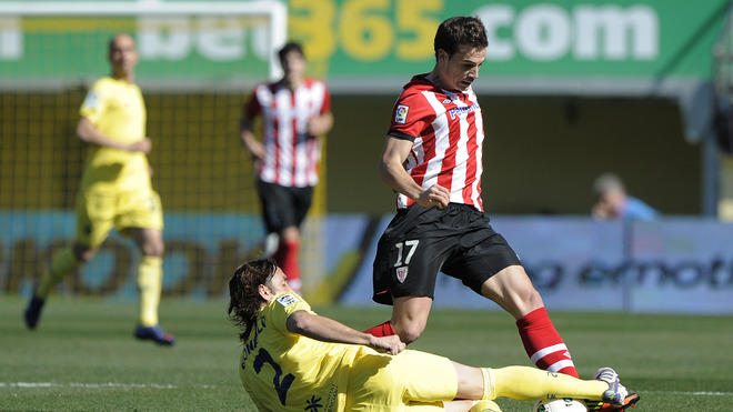 Villarreal's Argentinian Defender Gonzalo Rodriguez  (L) Vies For The Ball With Athletic Bilbao's Midfielder Inigo AFP/Getty Images