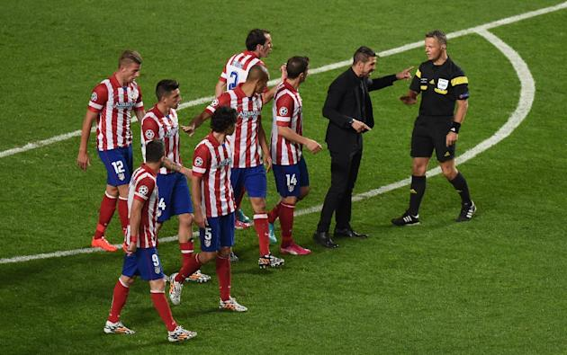 Atletico Madrid coach Diego Simeone (2nd R) speaks with the referee during the Champions League final against Real Madrid in Lisbon on May 24, 2014