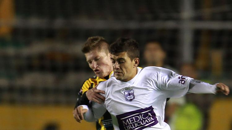 Uruguay's Defensor Sporting's Giorgian De  Arrascaeta, front right, fights for the ball with Bolivia's The Strongest's Alejandro  Chumacero at a Copa Libertadores soccer match in La Paz, Bolivia, Thursday, April 17, 2014