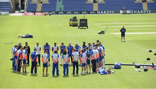 CRIC POL CRIM WAR: General view as players observe a minute's silence in memory of the victims of the London bombings on the 10th anniversary