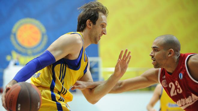 BC Khimki's Zoran Planinic (L) Vies AFP/Getty Images