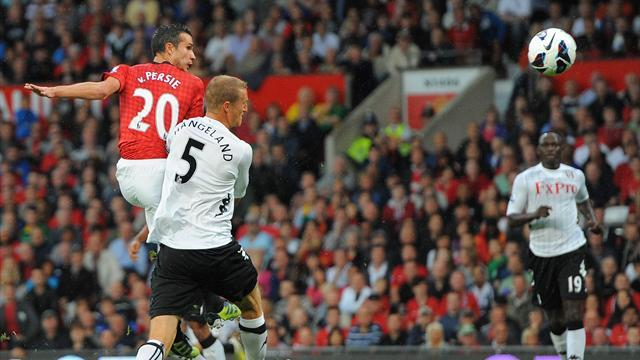 Premier League - Van Persie scores, Rooney hurt in United win