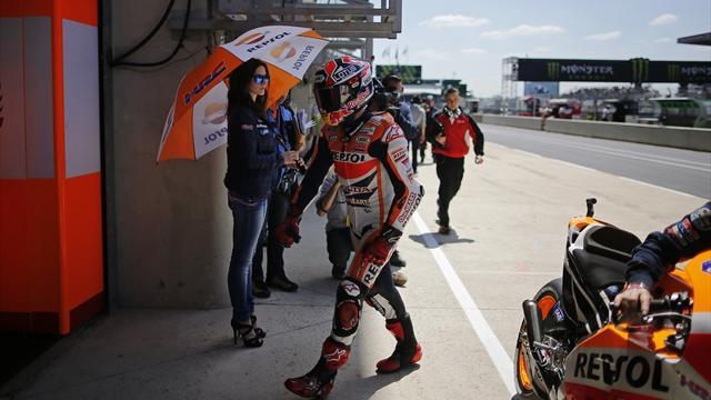 Motorcycling - Marquez leads from Iannone in FP2