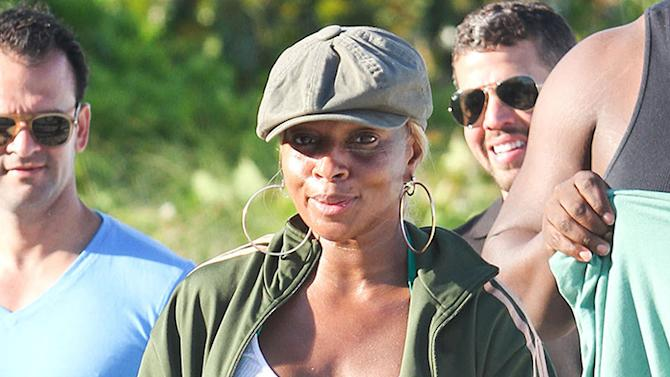 Exclusive... Mary J. Blige Enjoying A Day At The Beach