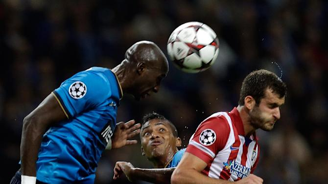 Porto's Alex Sandro, center, watches his teammate Eliaquim Mangala, left, head the ball during the Champions League group G soccer match between FC Porto and Atletico de Madrid Tuesday, Oct. 1, 2013, at the Dragao stadium in Porto, northern Portugal