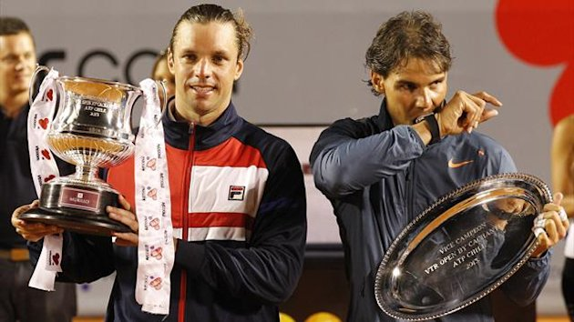 Argentina's Horacio Zeballos (L) poses with his trophy after winning the final men's singles against Spain's Rafael Nadal at the Chilean Open tennis tournament in Vina del Mar city February 10, 2013 (Reuters)