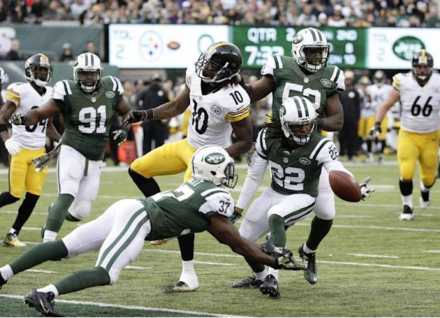 JSX01.  East Rutherford (Estados Unidos), 09.11 / 2014.- New York Jets de Seguridad Gratuita Jaiquawn Jarrett (abajo) Atrapa Una intercepción Por los Pittsburgh Steelers, el receptor abierto Martavis Bryant (Arriba-Izquierda) en el