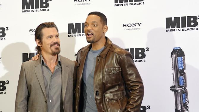 "US actors Josh Brolin, left, and Will Smith, right, pose during a photocall ahead of the German Premiere of ""Men in Black 3"" in Berlin, Monday, May 14, 2012. (AP Photo/Jens Meyer)"