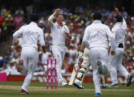 England's Ben Stokes celebrates with teammates after taking the wicket of Australia's Chris Rogers during the first day of the fifth Ashes cricket test match in Sydney January 3, 2014. REUTERS/David Gray