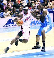 Alaska's Rob Dozier drives against San Mig's Denzel Bowles. (Nuki Sabio/PBA Images)
