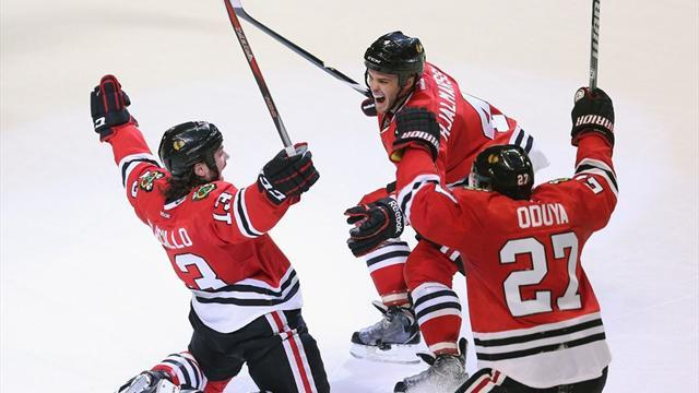 Ice Hockey - Blackhawks plough on with late win