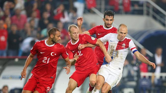 Turkey's Omer Toprak, left, and Semih Kaya, centre, in action with Arjen Robben of Netherlands during their World Cup Group D qualifying soccer match at Sukru Saracoglu Stadium in Istanbul, Turkey,  Tuesday, Oct. 15, 2013. Turkey's Mehmet Topal is at the rear.(AP Photo)