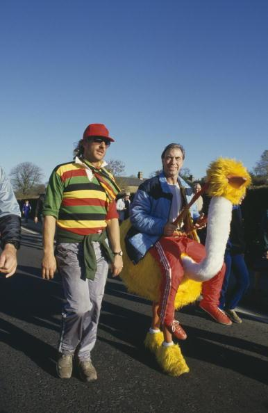 Bernie Clifton (right) joins English cricketer Ian Botham on his 900-mile sponsored charity walk from John o' Groats to Land's End, 1985. (Photo by Adrian Murrell/Getty Images)