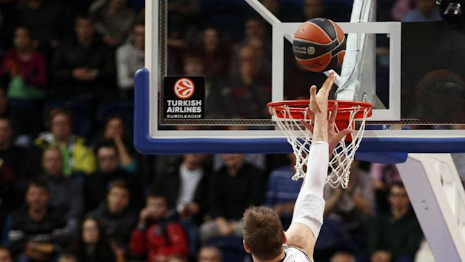 Andres Nocioni of Spain's BC Laboral Kutxa Vitoria, center, throws on basket during their Euroleague basketball match against Lithuania's BC Lietuvos rytas  in Vilnius, Lithuania, Wednesday, Oct.. 30, 2013