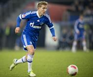 Schalke's midfielder Lewis Holtby runs with the ball during the German first division Bundesliga football match between Hamburger SV and Schalke 04 in Hamburg, northern Germany, on November 27, 2012. Holtby will leave at the end of the season, according to the club website Friday