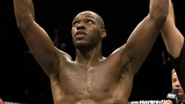 Jon Jones retains UFC 152 title with broken arm