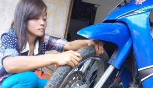 Kisah Nanik, Tukang Tambal Ban Cantik dari Malang