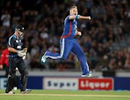 England's Luke Wright celebrates the wicket of New Zealand's Martin Guptill as New Zealand's Colin Munro looks on (left) during the International Twenty20 cricket match between New Zealand and England at Eden Park in Auckland on Febuary 9, 2013. England beat New Zealand by 40 runs